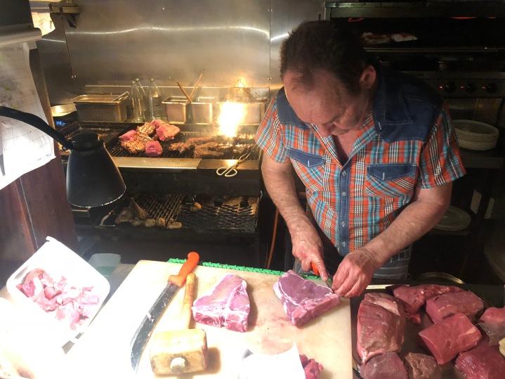 Mekanın sahibi hala ızgaranın başında etleri siparişlere göre hazırlıyor